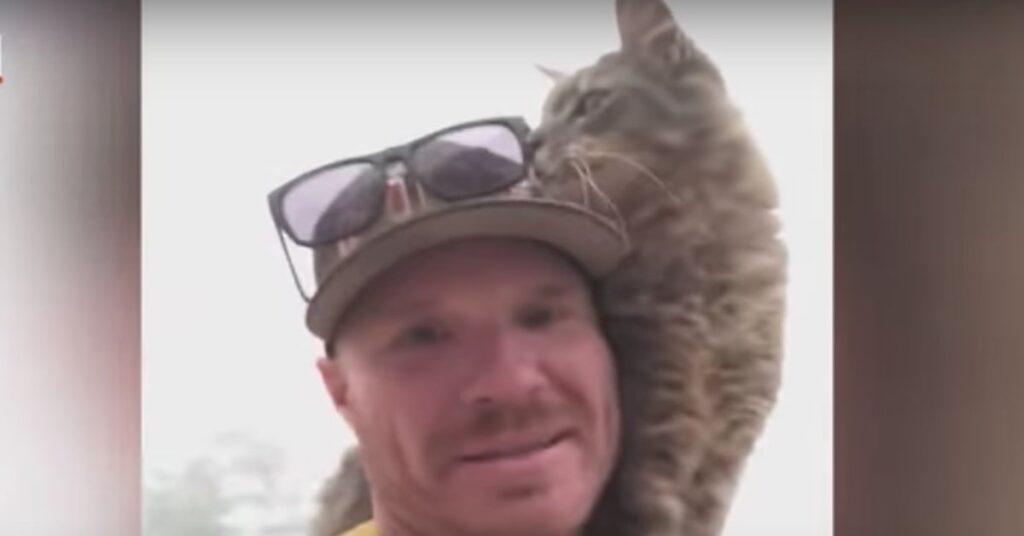 gatto con suo nuovo papà umano pompiere