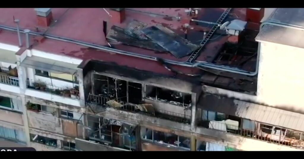 edificio distrutto dalle fiamme