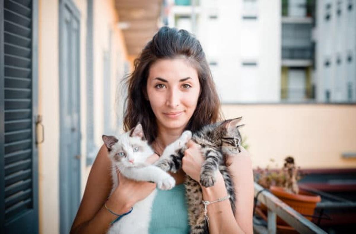 padrona con gatti