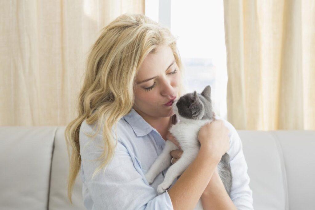 gattino tra le braccia di una donna
