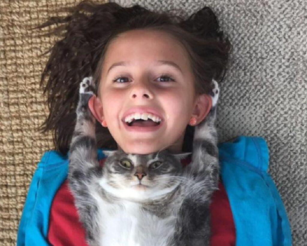 gatto sotto mento bambina
