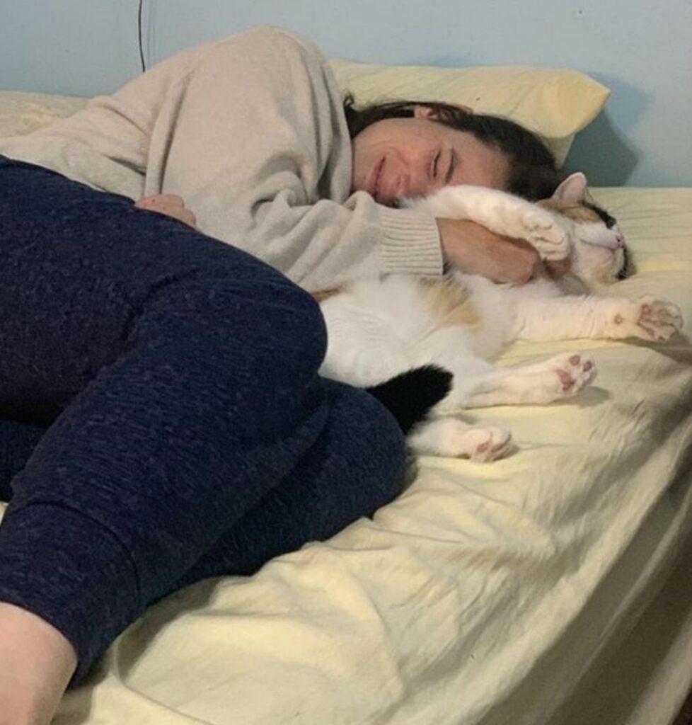 gatto dorme mamma