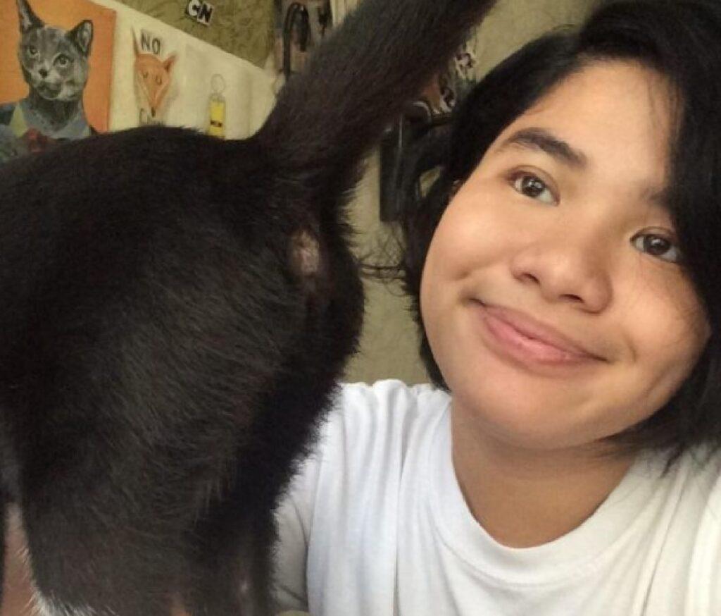gatto posa inattesa foto
