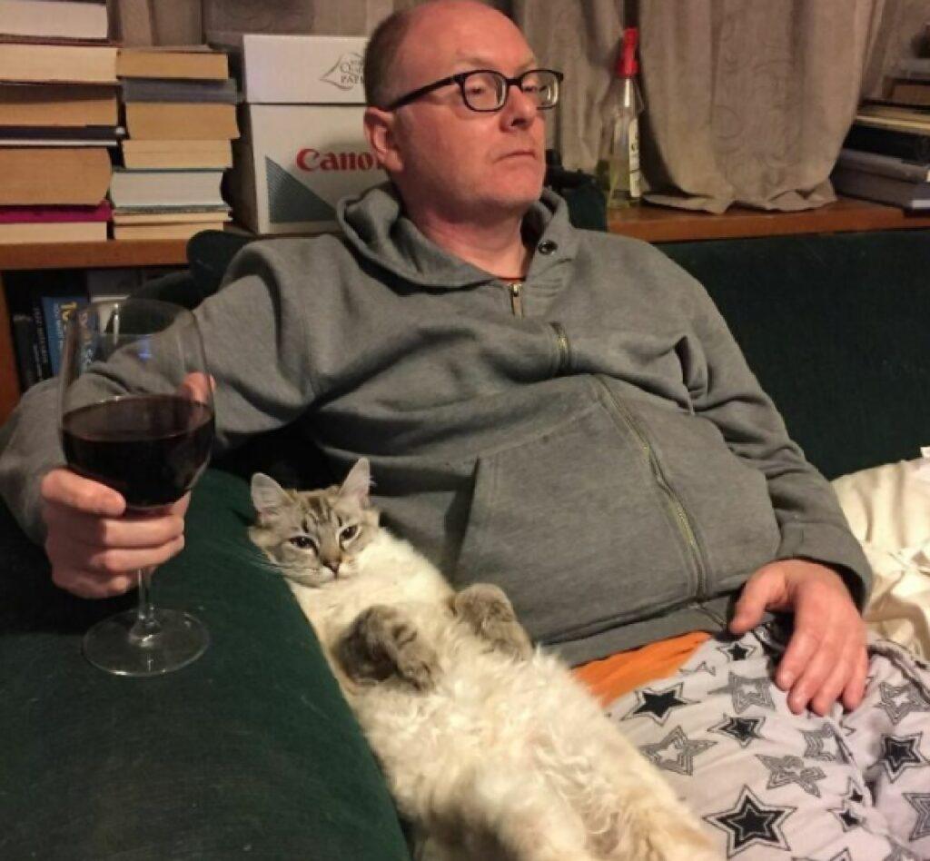 gatto si rilassa con papà