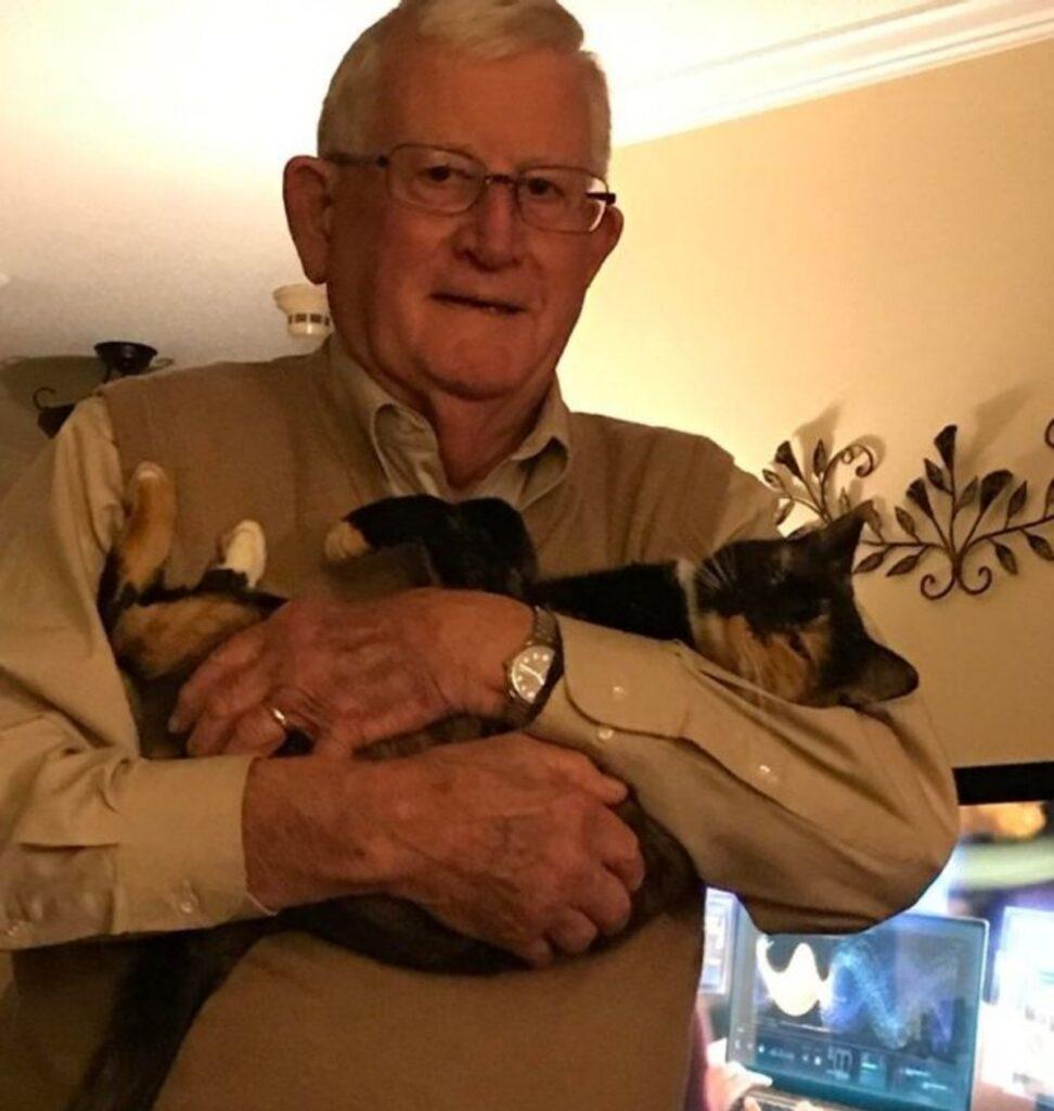 gatto nonno in braccio