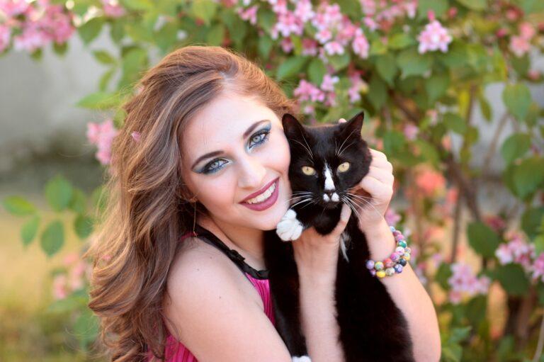bellissima ragazza con un gatto