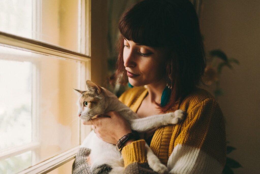 gatto in braccio a ragazza