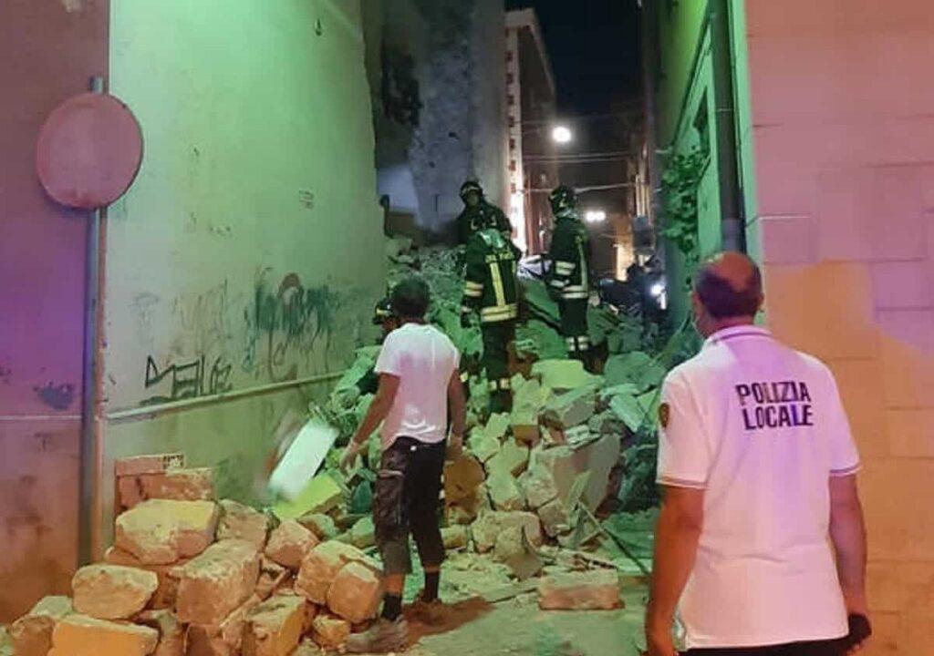 palazzina crollata con polizia