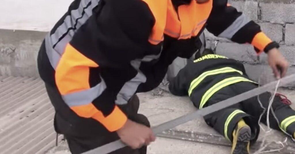 pompieri salvano un gattino incastrato