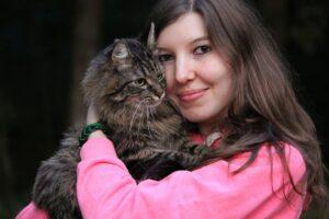 ragazza abbraccia un gatto