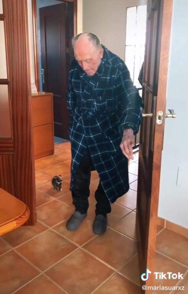 nonno compie 100 anni con il suo gattino