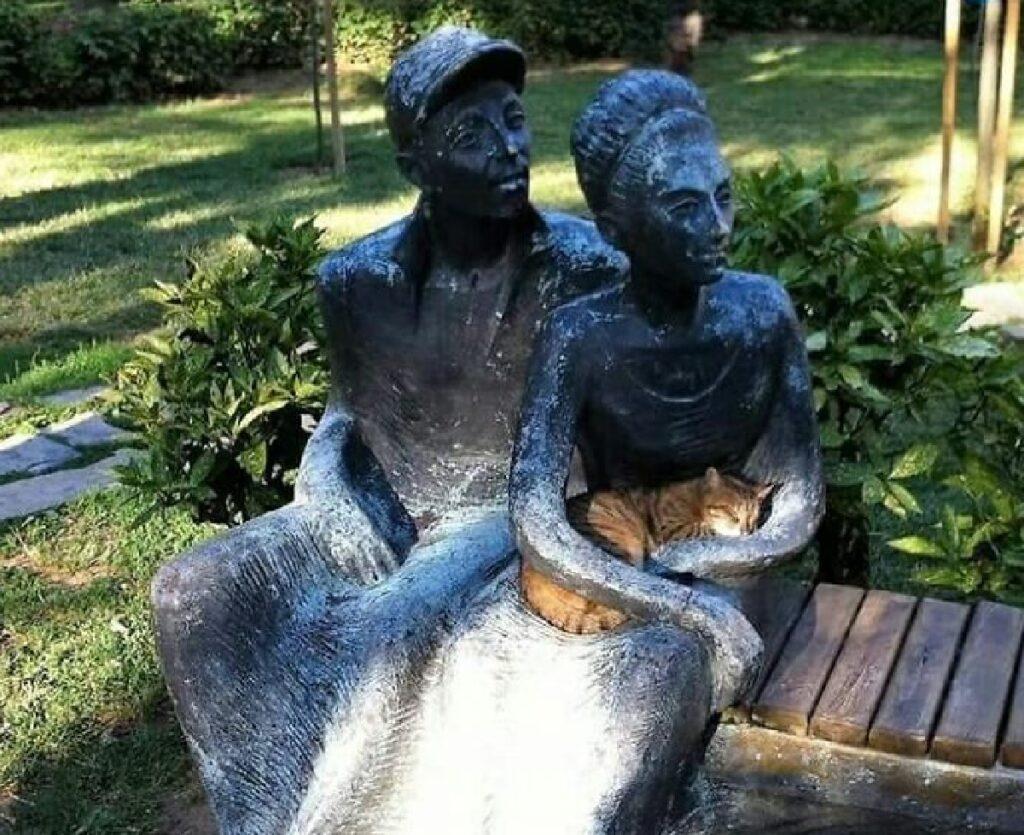 gatto con proprietari di pietra
