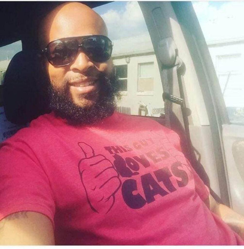 uomo con maglietta da amante dei gatti