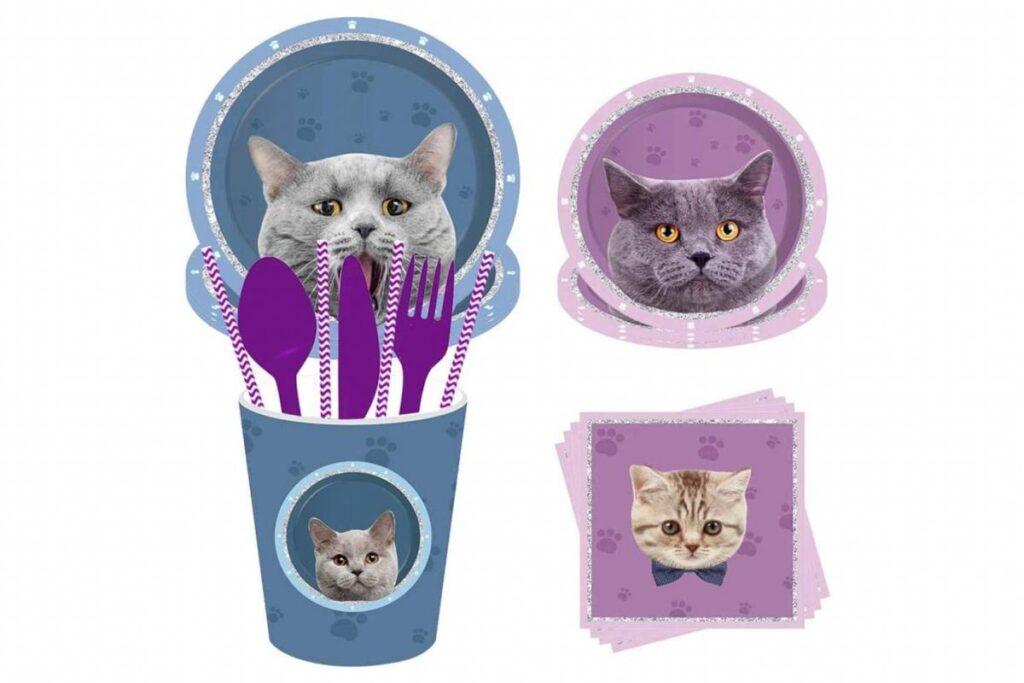 piatti e bicchieri con gatti