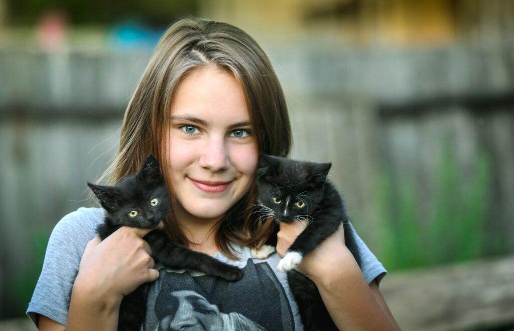 ragazza con due gattini in mano