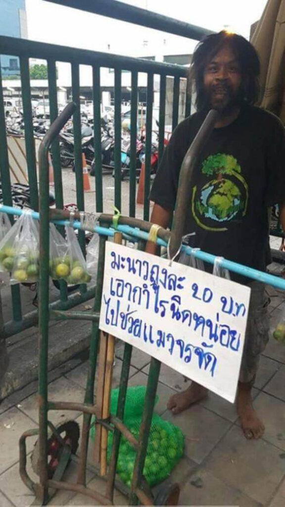 senzatetto con carrello di limoni
