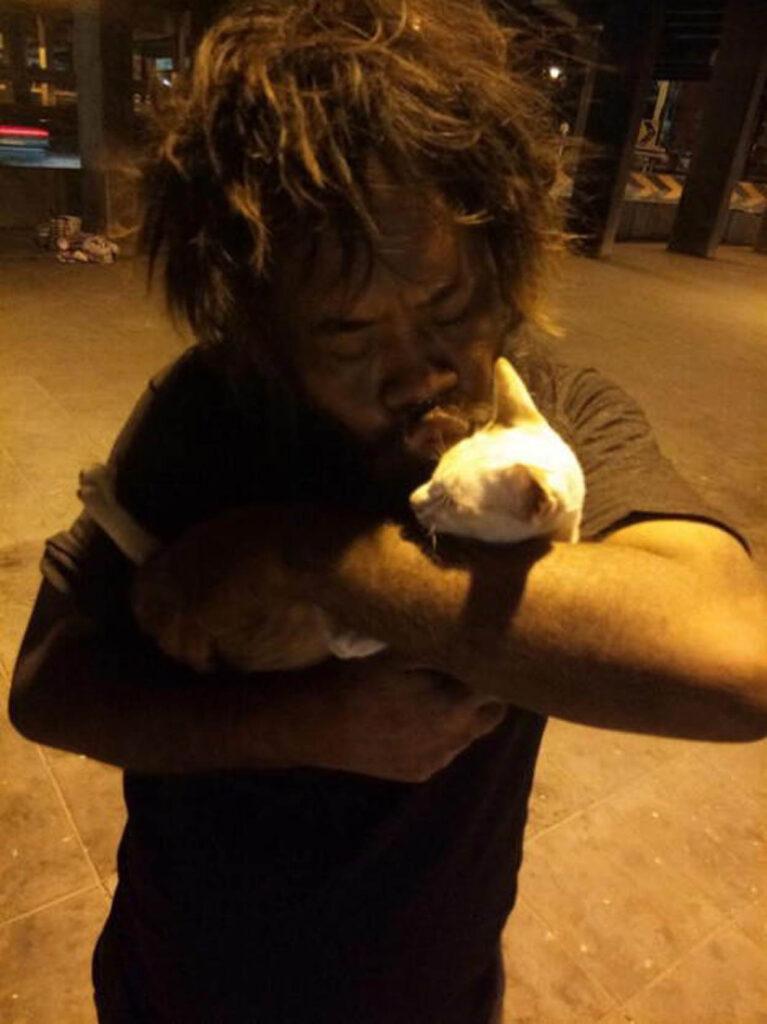 uomo con gatto bianco