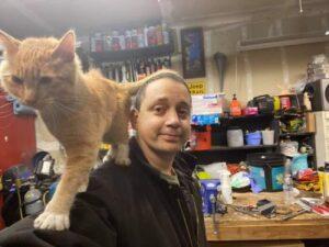 gatto sulle spalle