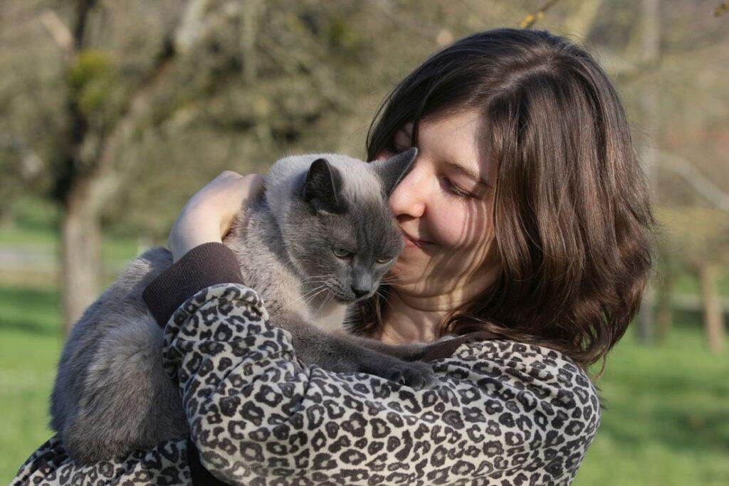 ragazza che abbraccia un gatto