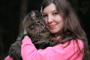 ragazza con gatto