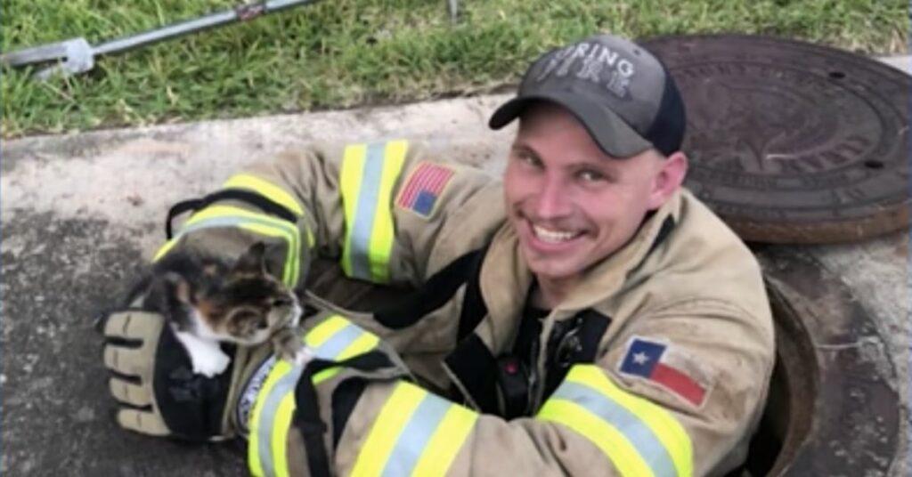 pompiere con gattino appena salvato